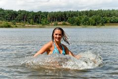 bikinisimningkvinna royaltyfri foto