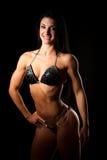 Bikiny konditioncopmetitor - den färdiga kvinnan poserar efter genomkörare Arkivfoto