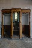 Biktstol för tre bås - övergiven kyrka royaltyfria bilder