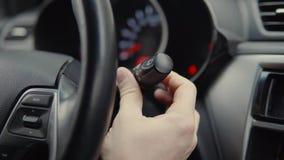 Bilägaren är justera och koppla på skärmtorkare i automatiskn, närbild av handen arkivfilmer