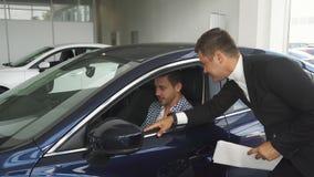 Bilåterförsäljaren är intresserad i intrycken för köpare` s arkivbild