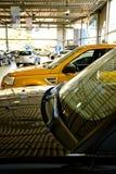 bilåterförsäljarevisningslokal Royaltyfri Foto