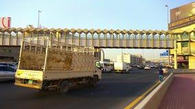 Bil buss, lastbiltrafikstockning på huvudvägen på solnedgången arkivfilmer