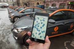 Bil-dela - öppningen av en ny tjänste- bilhyra per minut Arkivfoto