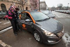 Bil-dela - öppningen av en ny tjänste- bilhyra per minut Royaltyfria Bilder