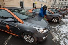 Bil-dela - öppningen av en ny tjänste- bilhyra per minut Arkivbild