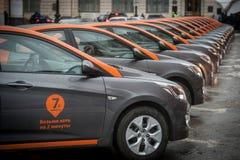 Bil-dela - öppningen av en ny tjänste- bilhyra per minut Arkivbilder