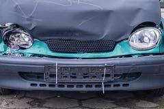 Bil efter bilkrasch, pannlampor royaltyfri foto