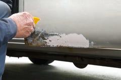 Bil eller auto reparation, metallrost och skalningsmålarfärg Arkivbild
