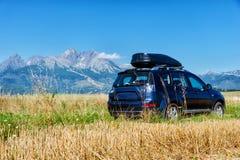 Bil för att resa med en takkugge på en bergväg royaltyfri bild