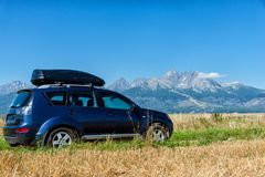 Bil för att resa med en takkugge på en bergväg royaltyfria foton