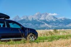 Bil för att resa med en takkugge på en bergväg arkivfoton