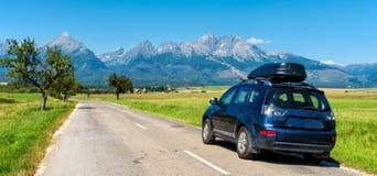 Bil för att resa med en takkugge på en bergväg fotografering för bildbyråer