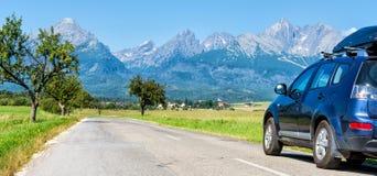 Bil för att resa med en takkugge på en bergväg arkivfoto