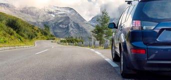 Bil för att resa med en takkugge på en bergväg royaltyfria bilder