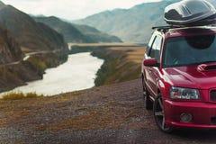 Bil för att resa med en takkugge på en bergväg royaltyfri foto