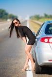Bil för brunettkvinnaväg Arkivfoton