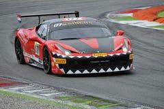 Bil för Ferrari 458 utmaning EVO på det Monza spåret - Ferrari utmaning April 2015 Arkivfoto