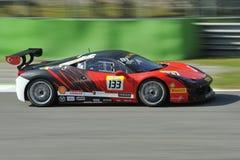 Bil för Ferrari 458 utmaning EVO på det Monza spåret - Ferrari utmaning April 2015 Arkivfoton