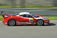 Bil för Ferrari 458 utmaning EVO på det Monza spåret - Ferrari utmaning April 2015 Arkivbilder