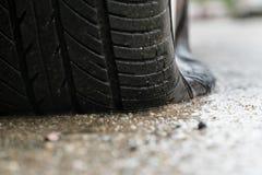 Bil för plant gummihjul i regnig dag arkivfoto