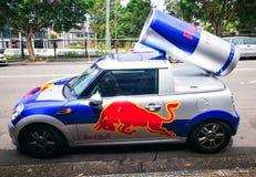 Bil för publicitet för tunnbindare för Red Bull energidrink mini- med en can av den röda tjurdrinken bakom Använt för befordran arkivbild