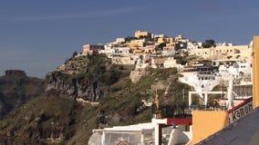 Bil för Santorini grekisk ökabel i avståndet som går ner kullen arkivfilmer