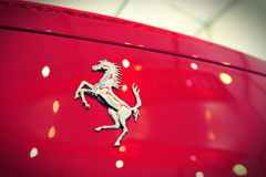 Bil för sport för Ferrari 458 spindel konvertibel på skärm under Singapore yachtshow på en grad 15 Marina Club Sentosa Arkivbild
