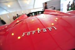 Bil för sport för Ferrari 458 spindel konvertibel på skärm under Singapore yachtshow på en grad 15 Marina Club Sentosa Cove Arkivfoton