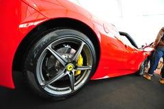Bil för sport för Ferrari 458 spindel konvertibel på skärm under Singapore yachtshow på en grad 15 Marina Club Sentosa Cove Arkivbilder