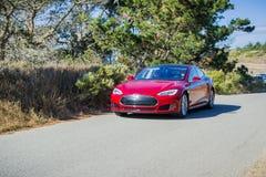 Bil för Tesla modell som S kryssar omkring på en kust- väg, Kalifornien Arkivbild