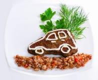 Bil-formad leverpannkaka med bovetehavregröt royaltyfri fotografi