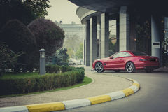 Bil framme av ett lyxigt hotell Royaltyfri Bild