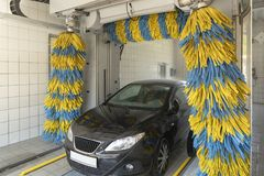 Bil i biltvätten Royaltyfri Fotografi