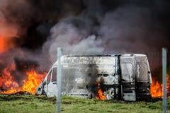 Bil i brand Fotografering för Bildbyråer