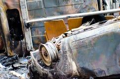 Bil i brand i staden Fotografering för Bildbyråer
