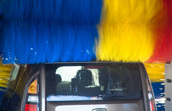 Bil i carwash Royaltyfri Foto