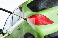 Bil i en biltvätt fotografering för bildbyråer