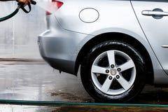 Bil i en carwash Arkivfoto