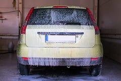 Bil i en carwash Arkivfoton