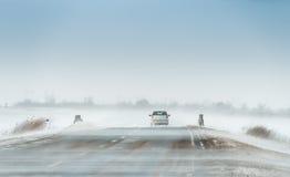 Bil i en häftig snöstorm fotografering för bildbyråer