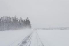 Bil i en snöstorm Fotografering för Bildbyråer