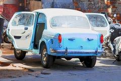 Bil i ett garage Royaltyfria Foton