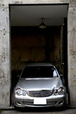 Bil i ett garage royaltyfri fotografi