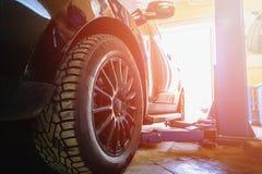 Bil i garage av service för auto reparation med specialt reparera arkivbild