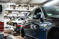 Bil i garage med special utrustning Arkivfoto