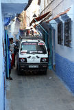 Bil i moroccan stad Arkivbild