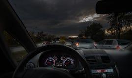 Bil i natt fotografering för bildbyråer