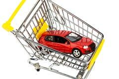 Bil i shoppingvagn arkivfoto