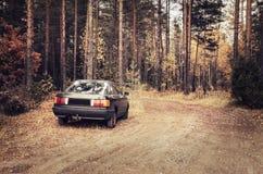 Bil i skogen Royaltyfria Foton